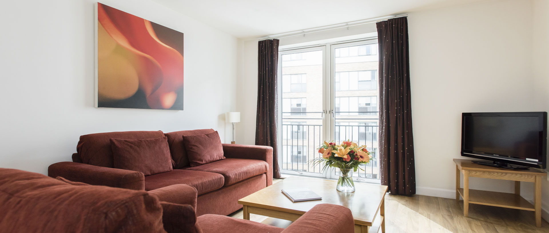 The lounge area in PREMIER SUITES Birmingham family serviced apartment